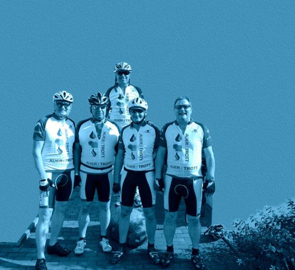 Radfahrer mit Trikots und Hosen von Auer und Trott